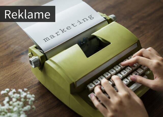 En skrivemaskine som skriver marketing
